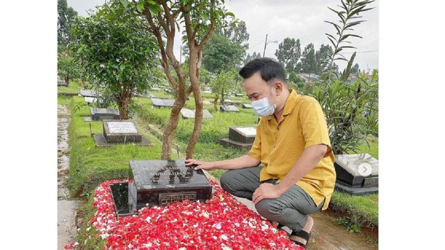 Ruben Onsu Ziarah ke Makam di Hari Ulang Tahun Olga Syahputra