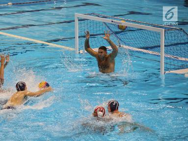 Tim polo air putra Indonesia saat uji coba melawan tim Serbia di kolam Stadion Akuatik GBK, Jakarta, Rabu (11/7). Pertandingan tersebut untuk melihat kesiapan tim polo air Indonesia dalam pertandingan Asian Games 2018. (Liputan6.com/Faizal Fanani)