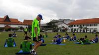 Mario Gomez, saat memimpin sesi latihan Persib di Jepara, Selasa (6/2/2018). (Bola.com/Erwin Snaz)