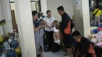 Tim BPBD Kabupaten Bandung membagikan nasi bungkus di Posko Pengungsian Baleendah. (Dok. BPBD Kabupaten Bandung)