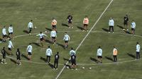 Para pemain Timnas Argentina melakukan latihan jelang laga Kualifikasi Piala Dunia 2022 di La Paz, Bolivia, Senin (12/10/2020). Argentina akan berhadapan dengan Bolivia. (AP Photo/Juan Karita)
