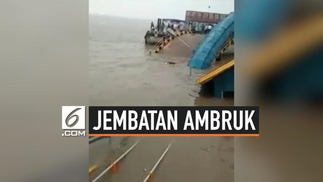 Jembatan penghubung di pelabuhan Tanjung Buton mendadak ambuk. Kejadian ini membuat seorang warga tenggelam.