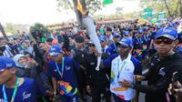 Legenda sepakbola Indonesia, Alexander Pulalo didapuk sebagai torch bearer dalam torch relay Asian Games 2018 di Bandung.
