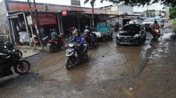Kendaraan menghindari lubang yang cukup dalam akibat jalan yang rusak di Jalan Raya Bojonggede, Bogor Senin (11/5/2020). Beberapa titik jalan yang menghubungkan Citayam Depok - Bojonggede Bogor mengalami kerusakan yang cukup parah sejak tiga bulan terakhir. (merdeka.com/Arie Basuki)