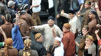 Pasangan capres dan cawapres Prabowo Subianto-Sandiaga Uno menyapa pendukungnya dengan salam dua jari saat mengikuti pawai Deklarasi Kampanye Damai di Monas, Minggu (23/9). (Merdeka.com/Iqbal Nugroho)