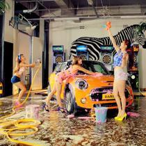 Para gadis bersenang-senang sambil mencuci mobil yang diproduksi oleh BMW tersebut.