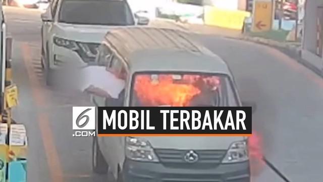 Sebuah mobil terbakar usai mengisi BBM di salah satu SPBU di Chongqing, China. Beruntung pemilik mobil berhasil menyelamatkan diri.
