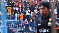 7 Jakmania jadi korban luka robohnya pagar pembatas di tribune duduk dengan tribune berdiri belakang gawang sebelah utara Stadion Kanjuruhan, Kabupaten Malang (23/11/2019).  (Bola.com/Iwan Setiawan)