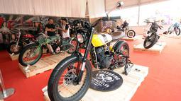 Sejumlah motor custom yang dipamerkan pada Indonesia International Motor Show 2018 di JIExpo, Jakarta, Kamis (19/4). IIMS 2018 diselenggarakan hingga 29 April mendatang. (Liputan6.com/Helmi Fithriansyah)