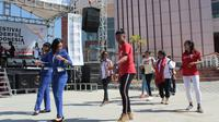 Kehadiran para wisatawan Timor Leste membuat suasana pembukaan Festival Wonderful Indonesia di Pos Lintas Batas Negara (PLBN) Wini, Timor Tengah Utara menjadi penuh warna.