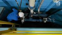 Petugas memeriksa proses penyaringan air milik PT Palyja di Instalasi Pengolahan Air (IPA), Jakarta, Rabu (29/8). Memasuki musim kemarau yang mengakibatkan adanya penurunan debit air di salah satu sumber air baku. (Liputan6.com/Herman Zakharia)