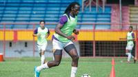 Mamadou El Hadji saat berlatih bersama PSM. (Bola.com/Abdi Satria)