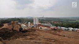 Aktivitas pekerja saat menyelesaikan pembangunan proyek kereta cepat Jakarta-Bandung di Desa Bunder, Jatiluhur, Purwakarta, Jawa Barat, Sabtu (30/3).  Proyek kereta cepat Jakarta-Bandung memiliki panjang jalur trase 142,3 kilometer. (merdeka.com/Iqbal Nugroho)
