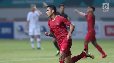 Pemain Timnas Indonesia, Alberto Goncalves merayakan gol yang dicetaknya saat melawan Hong Kong pada laga uji coba internasional di Stadion Wibawa Mukti, Cikarang, Selasa (16/10). Babak pertama, Indonesia unggul 1-0. (Liputan6.com/Helmi Fithriansyah)