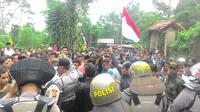 Massa demo Pondok Pesantren Ibnu Mas'ud di Bogor. (Liputan6.com/Achmad Sudarno)