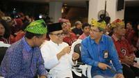Bupati Anas dan Bob Saril (udeng hijau) saat peresmian jaringan listrik di TN Alas Purwo beberapa hari lalu.