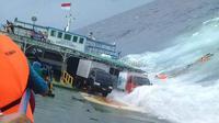 Para penumpang KM Lestari Maju terlihat mengapung di perairan Bira, Sulawesi Selatan, tak lama setelah kapal tenggelam. (dok. Polres Kepulauan Selayar/Eka Hakim)