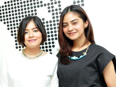 Tika dan Tiwi, mantan personil duo T2 menggelar jumpa pers di kawasan Mampang, Jakarta, Senin (8/6/2015). Keduanya akan kembali bersatu lewat sebuah konser reuni pada 14 Juni mendatang. (Liputan6.com/Panji Diksana)
