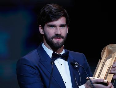 Alisson Becker Raih Penghargaan Yachine Trophy