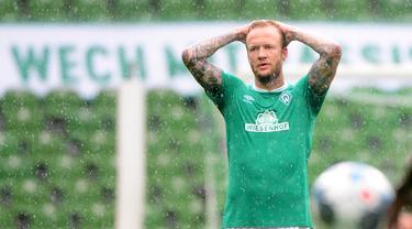 Pemain Werder Bremen, Philipp Bargfrede, tampak kecewa usai ditaklukkan Wolfsburg pada laga Bundesliga di Weserstadion Minggu (7/6/2020). Werder Bremen takluk 0-1 dari Wolfsburg. (AFP/Patrik Stollarz)