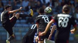 Striker AC Milan, Nikola Kalinic, menendang bola saat melawan Sampdoria pada laga Serie A Italia di Stadion Luigi Ferraris, Genoa, Minggu (24/9/2017). Sampdoria menang 2-0 atas Milan. (AFP/Filippo Monteforte)