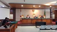 Jaksa Penuntut Umum Kejati Jawa Barat membacakan tuntutan terhadap terdakwa Sunda Empire yang mengikuti persidangan secara virtual di Pengadilan Negeri Bandung, Selasa (22/9/2020). (Liputan6.com/Huyogo Simbolon)