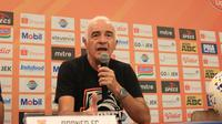 Pelatih Borneo FC, Mario Gomez. (Bola.com/Erwin Snaz)