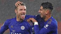 Pemain Leicester City Jamie Vardy (kiri) bersama Ayoze Perez merayakan golnya ke gawang Southampton pada laga Liga Inggris di Stadion St Mary, Southampton, Inggris, Jumat (25/10/2019). Leicester City membantai Southampton 9-0. (AP Photo/Alastair Grant)
