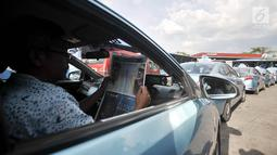 Sopir taksi saat menunggu antrean mengisi BBG di SPBG Pemuda, Jakarta, Kamis (15/11). Minimnya keberadaan SPBG menyebabkan antrean panjang kendaraan yang akan mengisi BBG hingga ke pinggir jalan menimbulkan kemacetan. (Merdeka.com/Iqbal S. Nugroho)