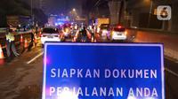Petugas gabungan memeriksa dokumen pengendara yang melintas dari arah Jakarta di Pintu Tol keluar Cikarang Barat, kabupaten Bekasi, Jawa Barat, Kamis (6/5/2021) dini hari. Pemeriksaan tersebut terkait larangan mudik lebaran 2021 yang dimulai tanggal 6 hingga 17 Mei. (Liputan6.com/Herman Zakharia)