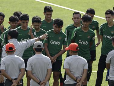 Para pemain Timnas Indonesia U-22 mendengarkan instruksi dari Indra Sjafri. (Bola.com/Yoppy Renato)