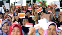 Warga menunjukkan KKS saat Penyaluran Bantuan Sosial PKH dan BPNT di Depok, Jawa Barat, Selasa (12/2).1000 orang warga Depok, Keluarga Penerima Manfaat (KPM) Program Keluarga Harapan (PKH) menerima pencairan PKH Tahap I 2019.(Liputan6.com/Herman Zakharia)