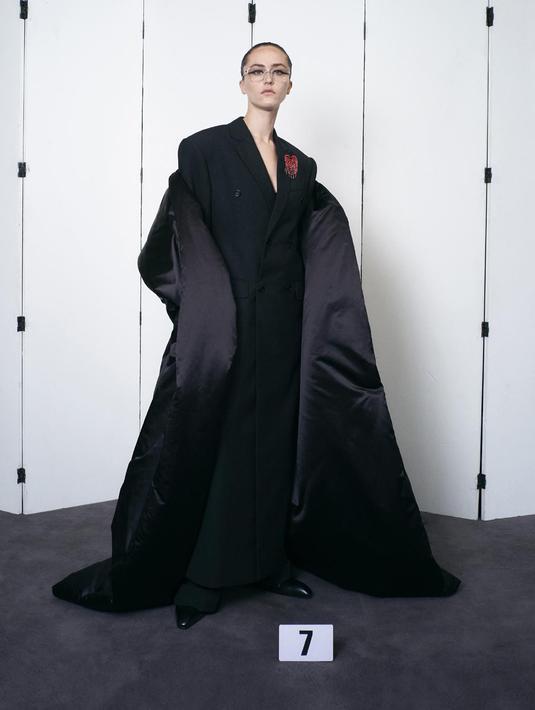Balenciaga selama ini dikenal dengan desainnya yang bergaya muda menggabungkan tren street-style dan sentuhan luxury fashion. Mungkin itulah pikiran yang tertanam pada generasi sekarang, padahal tahukan kamu jika Balenciaga sudah 100 tahun menjadi merek adibusana (Instagram @balenciaga)