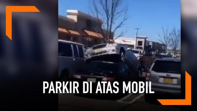 Peristiwa unik terjadi di New Jersey, Amerika Serikat. Sebuah mobil memarkirkan kendaraannya di atas mobil lain. Bagaimana bisa ya?