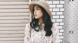 Meski simpel dan sederhana, Maudy Ayunda mampu menyuguhkan padu padan busana yang kekinian. Salah satu aksesoris yang sering ia pakai adalah topi. (Liputan6.com/IG/@maudyayunda)