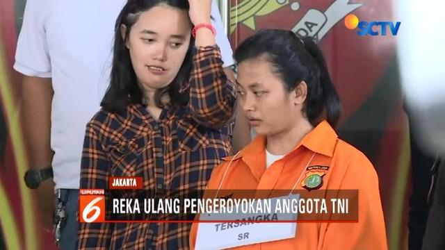 Penyidik Polda Metro Jaya menggelar reka ulang pengeroyokan dua prajurit TNI di Ciracas, Jakarta Timur.