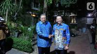 Ketua MPR Bambang Soesatyo bersalaman dengan Presiden ke-6 Susilo Bambang Yudhoyono saat mengantarkan undangan pelantikan Presiden dan Wakil Presiden periode 2019-2024 di Puri Cikeas, Bogor, Jawa Barat, Rabu (16/10/2019). (Liputan6.com/Herman Zakharia)