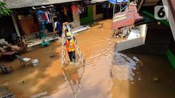 Petugas PLN bersiap memeriksa jaringan listrik yang sudah diputus agar tidak membahayakan, Bango, Pondok Labu, Jakarta, Sabtu (20/2/2021). Banjir di Jakarta berdampak pada 180 unit Gardu Distribusi dan 61.320 pelanggan sehingga terjadi pemadaman di sejumlah wilayah. (merdeka.com/Arie Basuki)