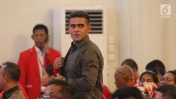 Pemain sepak bola nasional, Cristian Gonzales berjalan saat menghadiri Kongres Luar Biasa PKPI di Jakarta, Senin (14/5). Kongres tersebut mengusung tema 'Bersama Generasi Muda Wujudkan Persatuan dan Persatuan'. (Liputan6.com/Angga Yuniar)