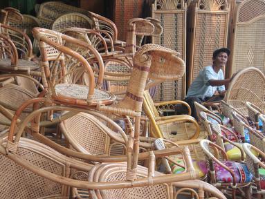Pekerja rengah menghaluskan kursi duduk yang terbuat dari bahan rotan di Jakarta, Kamis (3/12). Perkumpulan Untuk Peningkatan Usaha Kecil (Pupuk) mendesak pemerintah segera memberlakukan sistem resi gudang rotan. (Liputan6.com/Angga Yuniar)