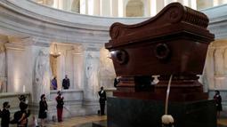 Presiden Prancis Emmanuel Macron dan istrinya Brigitte Macron berdiri di depan makam Kaisar Prancis Napoleon (1769-1821) saat upacara peringatan 200 tahun kematiannya di Chapelle Saint-Jerome, Invalides, Paris, Prancis, Rabu (5/5/2021). (SARAH MEYSSONNIER/POOL/AFP)