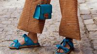 Selain nyaman dikenakan, sandal juga bisa menjadi alas kaki yang dapat mempercantik kaki Anda. Salah satunya adalah sandal beraksen pita. (Foto: Instagram/@jimmychoo)