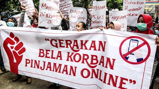 Masa yang tergabung gerakan bela korban pinjaman online menggelar aksi di depan PN Jakarta Pusat, Jakarta, Rabu (6/2). Mereka meminta kepada masyarakat untuk waspada terhadap rentenir online. (Uri.co.id/Johan Tallo)