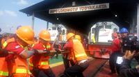 Daop 6 PT KAI menggelar lomba tarik lokomotif di Depo Lokomotif Yogyakarta, Rabu (21/8/2019). (Liputan6.com/ Switzy Sabandar)