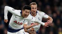 Pemain Tottenham Hotspur, Son Heung-Min dan Harry Kane berebut bola dengan gelandang Manchester City, Fabian Delph dalam leg pertama perempat final Liga Champions 2018-2019, di Tottenham Hotspur, Rabu (10/4).  Tottenham Hotspur menang dengan skor tipis 1-0. (Adrian DENNIS / AFP)