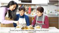 Apa Komentar Ibu-Ibu Korea Saat Mencoba Makan Lontong Sayur? foto: Youtube 'Hari Jisun'