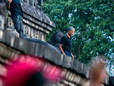 Mantan Presiden Amerika Serikat, Barack Obama berjalan menuruni tangga Candi Borobudur saat berwisata di Magelang, Jawa Tengah, Indonesia, (28/6). Kedatangan Barack Obama dan rombongan disambut meriah wisatawan lainnya. (AP Photo / Slamet Riyadi)