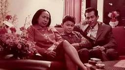 Bob Sadino muda saat bersama istri dan anaknya. (www.facebook.com/ance.dewianti)