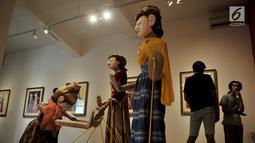 """Pengunjung melihat instalasi wayang golek karya Sasya Tranggono dalam pameran bertajuk """"Cinta untuk Indonesia"""" di Galeri Nasional, Jakarta, Kamis (28/2). Pameran ini digelar hingga 10 Maret mendatang. (Merdeka.com/Iqbal S. Nugroho)"""