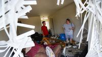 Shaun Vaine, kiri, dan Michele Thrash, kanan, berdiri di rumahnya yang hancur di komplek apartemen Ruver's Edge, 28 Mei 2019 di Dayton, Ohio, sehari setelah puting beliung melanda kota tersebut (foto: AP Photo/John Minchillo)